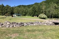 キャンプ場で水遊び